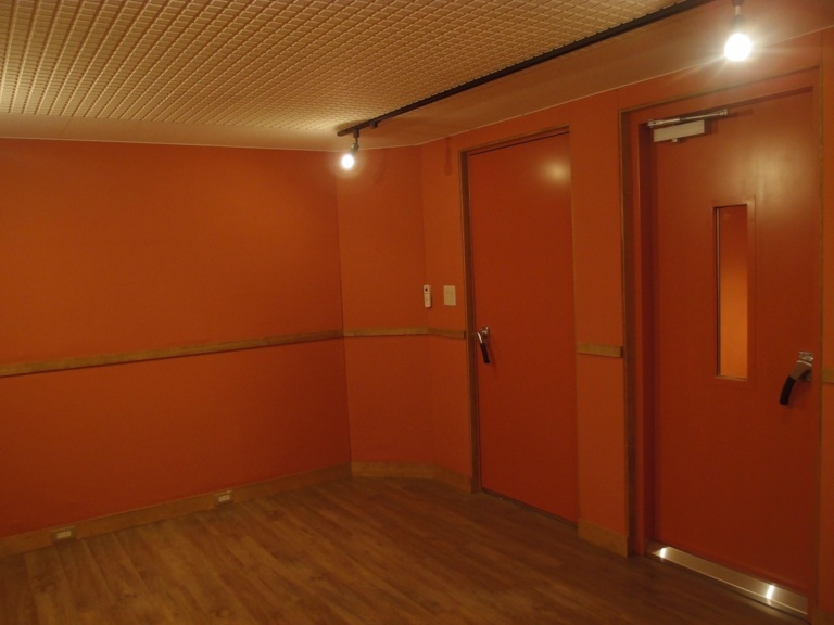 スタジオ入口と録音ブース入口