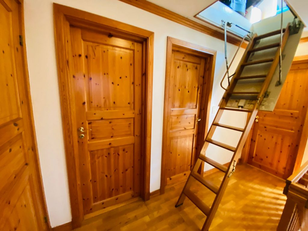 2階屋根裏部屋への階段