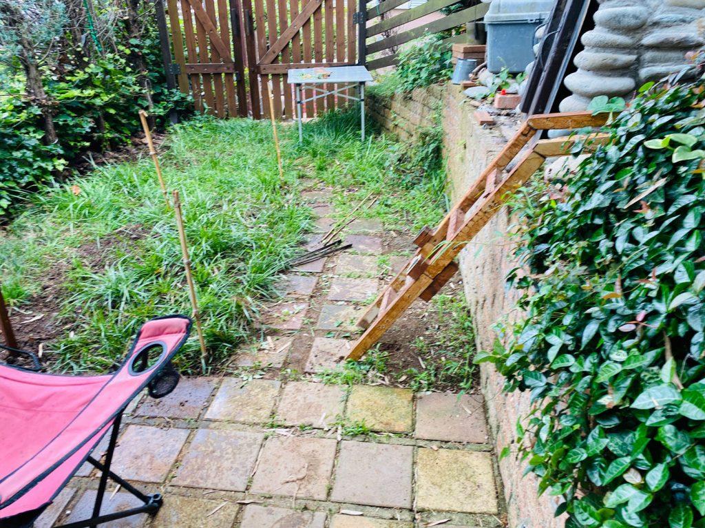 庭(現在はウッドチップ)