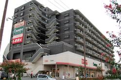 外観。1~2階が「しまむら」 10階建大規模マンションの3階のお部屋です