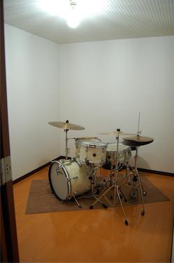 防音室5帖 ドラムを組んでもこのとおりの広さ 写真ではわかりませんがドアはもちろん2重です