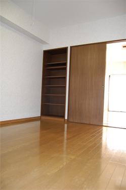 外廊下側の部屋6.8帖 LDKとのドアを開けて明るく使えるのはとても便利