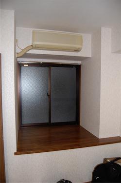 外廊下側の窓は出窓になっていてちょっとした小物置場にもなりそうです