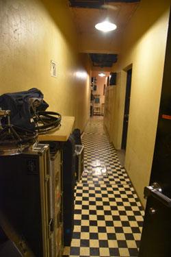 ロビーから伸びる廊下 この奥にスタジオが並んでいます